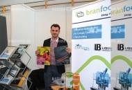 FOT. 5. Przemysław Duda (konsorcjum Branfood-Stalmont s.c. z Bełżyc) prezentuje worek bag-in-box Helio