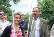 FOT. 1. Mgr Agnieszka Głowacka i dr Mirosław Sitarek informowali o doświadczeniach prowadzonych w sadzie czereśniowym