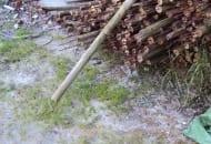 Fot. 12. Wsporniki są zbite z dwóch starych słupków drewnianych, w które z jednej strony wbity jest kilkudziesięciocentymetrowy pręt metalowy podtrzymujący podporę w ziemi
