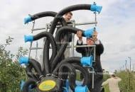 FOT. 4. W rozpylaczach sadowniczych z pomocniczym strumieniem powietrza można regulować kąt natarcia cieczy