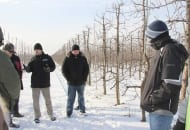 FOT. 5. Adam Wolski z firmy Urmik Sp. J. omawia zasady pracy piły do cięcia konturowego drzew