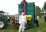 Fot. 4. Dr Jacek Lewko BASF przygotowany do wykonania zabiegu środkami ochrony roślin