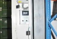 Fot. 1. Urządzenia umieszczone na ścianie komory chłodniczej: wskaźnik temperatury wkomorze itzw. U-rurka służąca do sprawdzania szczelności