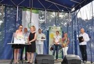 Fot. 1. Pod czujnym okiem komisji szczęśliwe kupony wylosowała 12-letnia Julka, córka sadowników z Golian