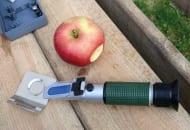 Fot. 3. Refraktometr ręczny jest bardzo prostym urządzeniem i łatwym w obsłudze – do pomiaru wystarczy kropla soku wyciśniętego z jabłka