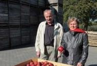 Fot. 1. Adam Soska z żoną Albiną z owocami 'Red Jonaprince' z tegorocznych zbiorów
