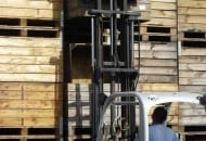 """FOT. 6. Układanie skrzyniopalet drewnianych w """"trójki"""""""