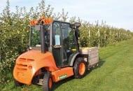 FOT. 1. Wózki widłowe zmniejszają uciążliwość pracy ludzkiej i zwiększają jej wydajność przy załadunku i wyładunku oraz przemieszczeniu zebranych owoców