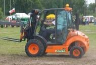 FOT. 4. Duże koła na przedniej osi wózka pozwalają na pełne przeniesienie napędu, a wysoki prześwit umożliwia pracę na podmokłym gruncie
