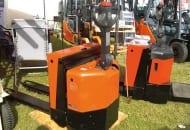 FOT. 6. Na średnie odległości stosowane są elektryczne wózki unoszące z miejscem stojącym dla operatora