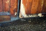 Fot. 2. Uszkodzone przez szczury drzwi drewniane