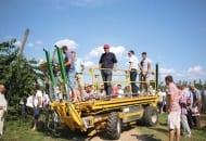FOT. 3. Samojezdna platforma Carrier ułatwia prace w sadzie czereśniowym