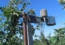 Stacja meteorologiczna i inne urządzenia w sadzie jabłoniowym