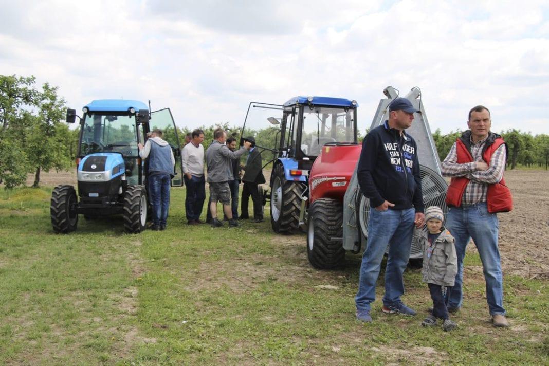 Pokazy pracy maszyn sadowniczych w Warce