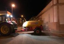 Hiszpańscy rolnicy odkażają ulice swoimi opryskiwaczami