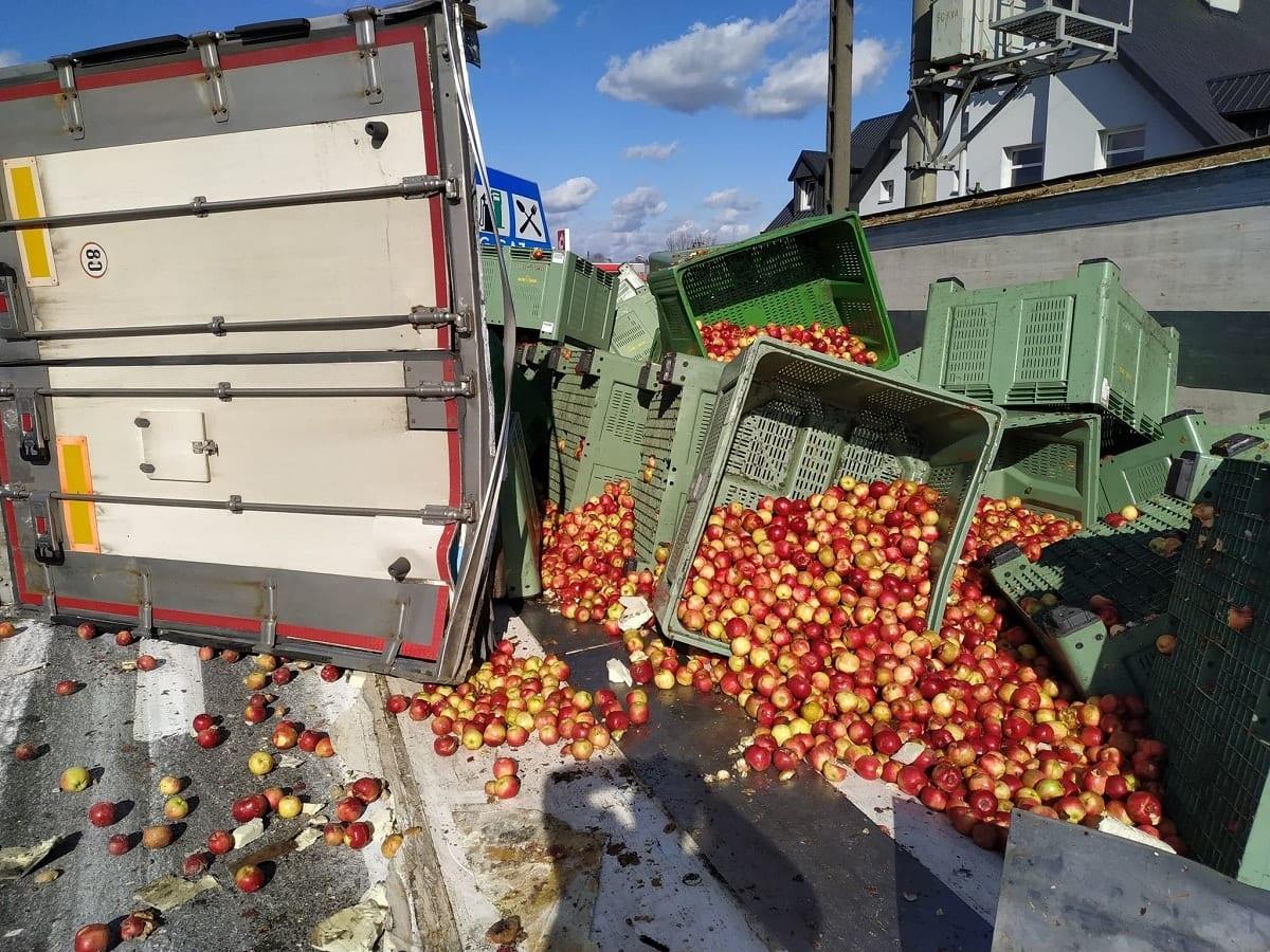 Wypadek w Grójcu 11-03-2020 ciagnik siodłowy naczepa z jablkami Idared