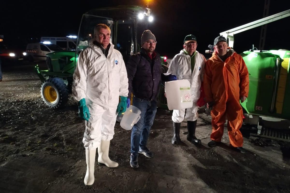 sadownicy którzy dezynfekują opryskiwaczami grójec