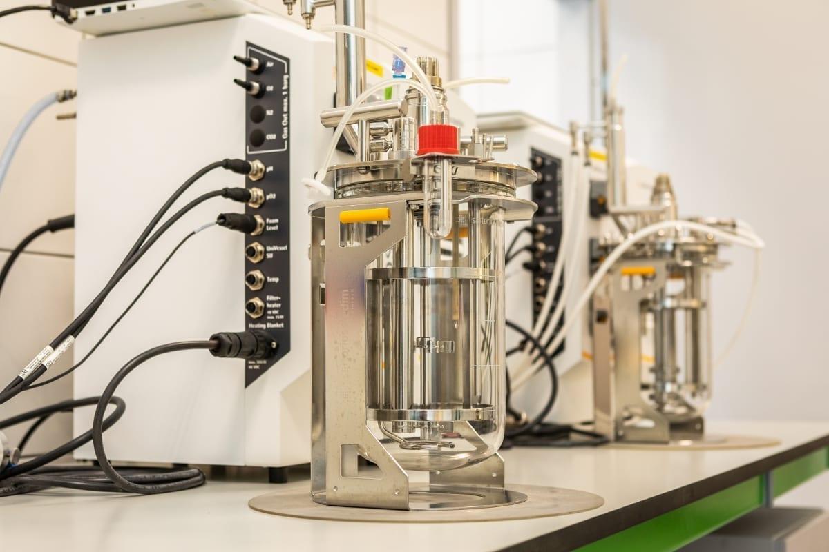 Zdj. 3, 4. Bioreaktory do namnażanie mikroorganizmów mają różną pojemność.