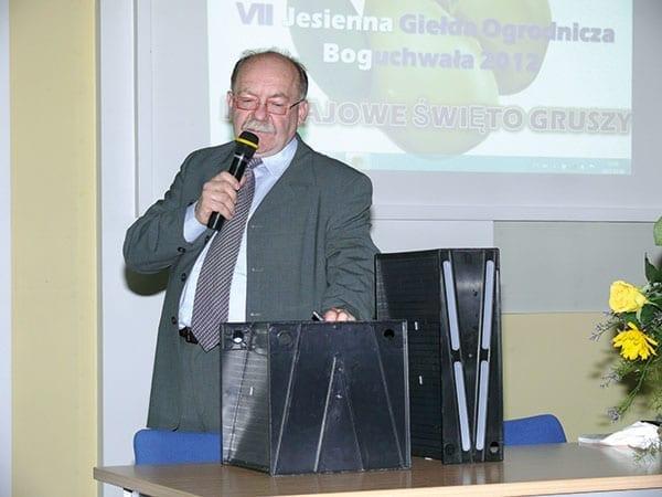 Fot. 5. Oskar Uszyński z Fux-Flora Horti Trading Co. prezentuje moduły typu V PP12 i PP18