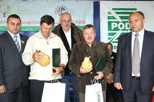 Fot. 6. Dwaj laureaci (z pamiątkowymi gruszkami) konkursu na największych producentów gruszek – (od lewej) Wiktor Sobolewski i Marian Szeliga