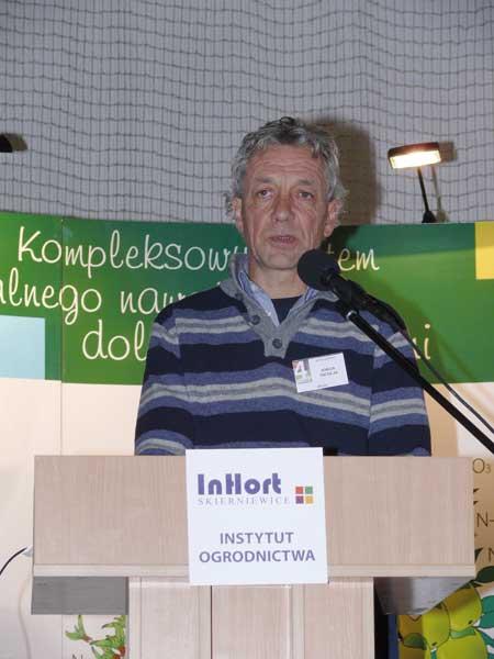 Fot. 6. Johan Nicolaï z Belgii prezentował szwajcarskie wyniki hodowli odmian odpornych na parcha