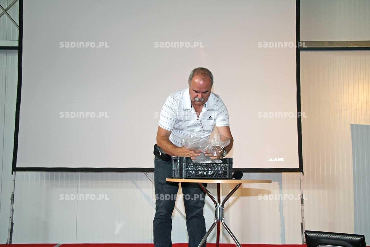 FOT. 5. Wojciech Pietroń zP.H.U. PUCH podczas pokazu pakowania czereśni wworki Xtend®