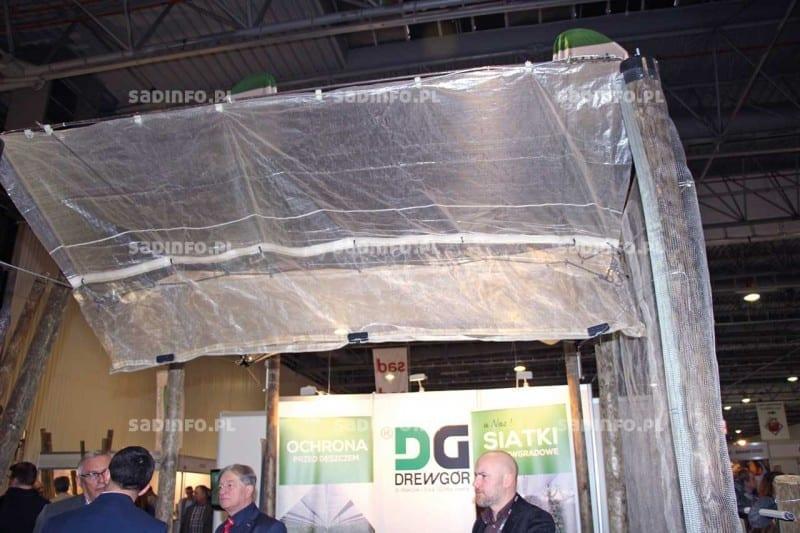 FOT. 2. Konstrukcja przeciwdeszczowa na stoisku firmy Drewgór