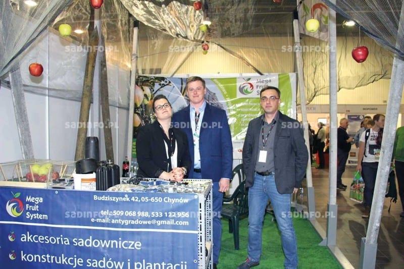 FOT. 3. Agnieszka i Mateusz Tomala oraz Adrian Niemiec na stoisku Mega Fruit System informowali o możliwościach technicznych instalacji sieci przeciwgradowych