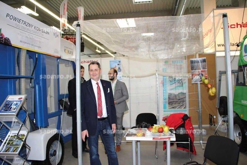 FOT. 4. Tomasz Lipa z Lublina prezentował aluminiowe profile do konstrukcji przeciwgradowej w sadzie