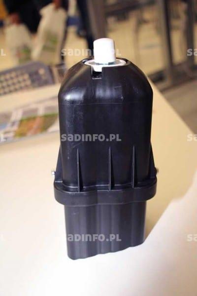 FOT. 5. Nowy model kapy na słupy betonowe, którą można przykręcić śrubami do słupa
