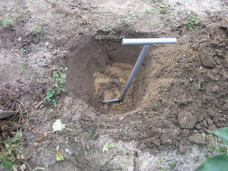 FOT. 1. Ręczny pobór gleby do analizy za pomocą laski glebowej Egnera
