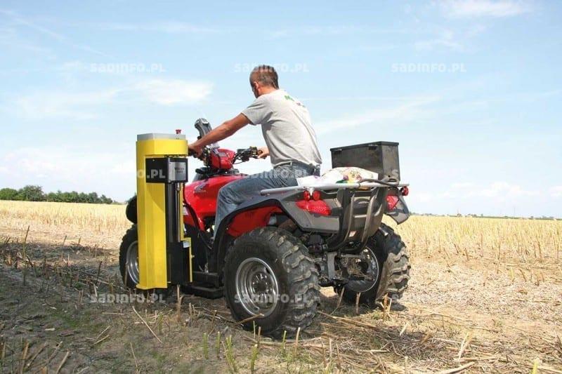 FOT. 2. Pobór prób gleby do analizy przy użyciu quada