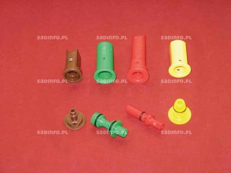 """FOT. 4. Rozpylacze eżektorowe – różne rodzaje, od lewej: płaskostrumieniowe kompaktowe, wirowe, płaskostrumieniowe """"długie"""", płaskostrumieniowe"""