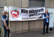 Sadownicy protestują przed Biedronką przeciwko zaniżaniu cen przez markety [FOTO]