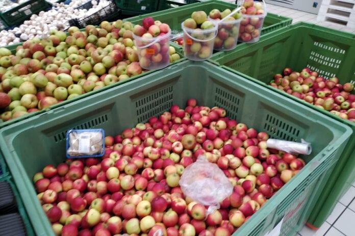 jabłka w markecie auchan
