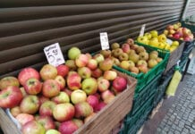 sprzedaż jabłek na bazarku