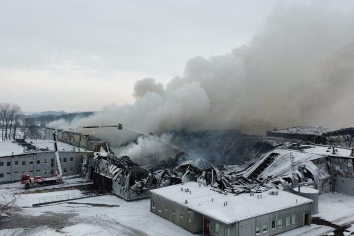 Dogaszanie pożaru w Białej Rawskiej w zakładzie Polskie Sady